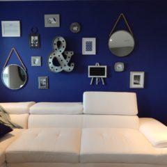 Un salon en bleu et blanc
